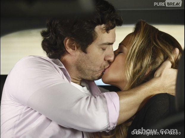 "Na novela ""Em Família"", Laerte (Gabriel Braga Nunes) beija Shirley (Vivianne Pasmanter) e Lívia (Louise D'Tuani) vê"