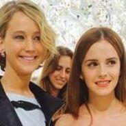 Jennifer Lawrence e Emma Watson se divertem durante desfile em Paris, na França