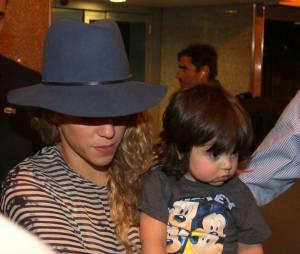 Shakira desembarca no Rio com o filho, Milan, no colo, na madrugada desta quinta-feira, 10 de julho de 2014