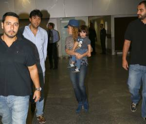Shakira chegou ao Rio para se apresentar no encerramento da Copa do Mundo, no próximo domingo (13), no Maracanã