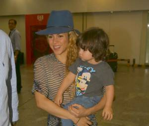 A cantora Shakira destribuiu sorrisos ao chegar no aeroporto do Rio de Janeiro