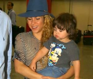 Sorridente, Shakira não se preocupou em esconder o rosto do filho, Milan