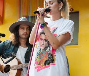 """Miley Cyrus canta seus sucessos antigos e novos hits em """"Live Lounge"""", da BBC Radio 1"""