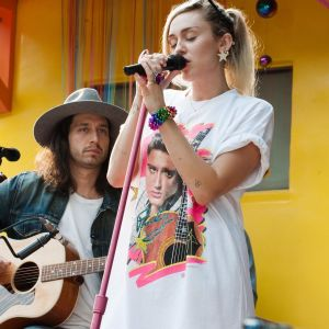 """Miley Cyrus relembra sucessos em seu estúdio no """"Live Lounge"""" da BBC Radio 1!"""