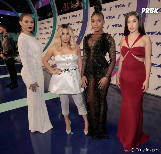 Becky G é confundida com fã e retirada do palco durante apresentação do Fifth Harmony!