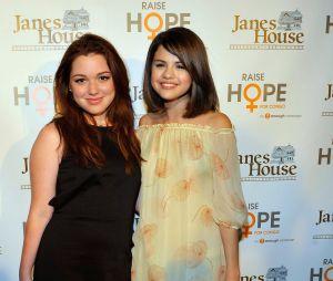 """Jennifer Stone revela que mantém contato com Selena Gomez, mesmo após """"Os Feiticeiros de Waverly Place"""""""
