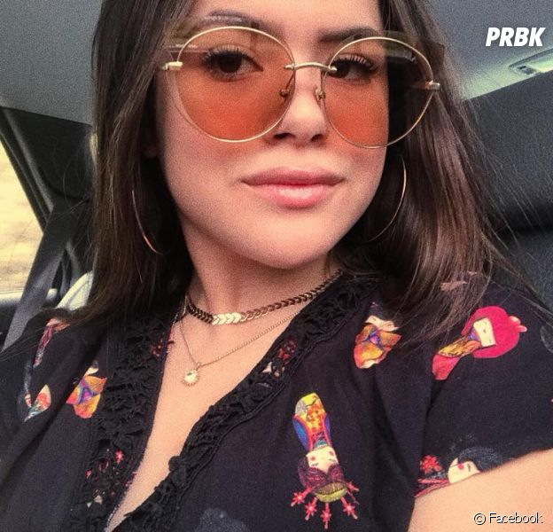 Maisa Silva autografa livros e deixa em lojas como surpresa para fãs