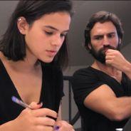 """Bruna Marquezine e José Fidalgo aparecem em clima romântico em foto de """"Deus Salve o Rei"""""""