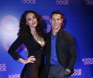 "Débora Nascimento e José Loreto esbanjam simpatia na festa de ""Boogie Oogie"""