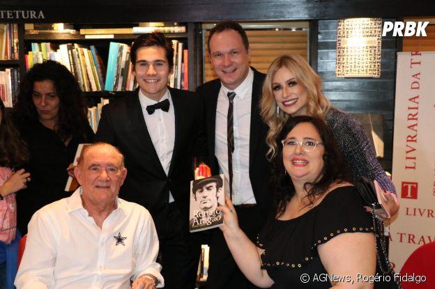 Nicolas Prattes também posou ao lado do ex-sogro, Renato Aragão
