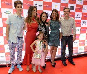 """Larissa Manoela e João Guilherme posam com elenco do filme """"Fala Sério, Mãe"""" em São Paulo"""