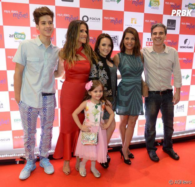 84e12ff6fb9bf Larissa Manoela e João Guilherme posam com elenco do filme