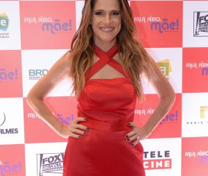 """Ingrid Guimarães usa look vermelho à pré-estreia de """"Fala Sério, Mãe"""" em São Paulo"""
