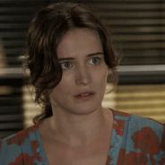 """Novela """"O Outro Lado do Paraíso"""": Clara (Bianca Bin) irrita Lívia ao dar presente para Tomaz"""