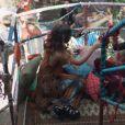 """Na Balada Paz e Amor de """"Malhação"""", Lica (Manoela Aliperti) e Samantha (Giovanna Grigio) dão um selinho"""