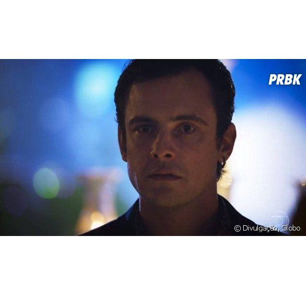 """Em """"O Outro Lado do Paraíso"""", Gael (Sergio Guizé) se irrita ao ver Clara (Bianca Bin) e Renato (Rafael Cardoso) juntos"""