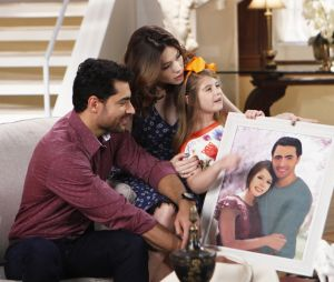 """Em """"Carinha de Anjo"""", Cecília (Bia Arantes) e Gustavo (Carlo Porto) planejam casamento com ajuda de Dulce Maria (Lorena Queiroz)"""