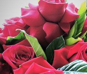 Bruna Marquezine publica foto de buquê de flores dado por Neymar