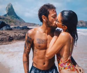 Neymar Jr. dá buquê de rosas para Bruna Marquezine