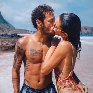 """Bruna Marquezine recebe flores de Neymar Jr.: """"Te amo"""""""