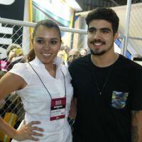 Caio Castro é fofo e posa com fãs, durante evento em São Paulo