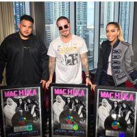 """Anitta chora ao receber disco de platina por """"Machika"""": """"Estou no chão"""""""