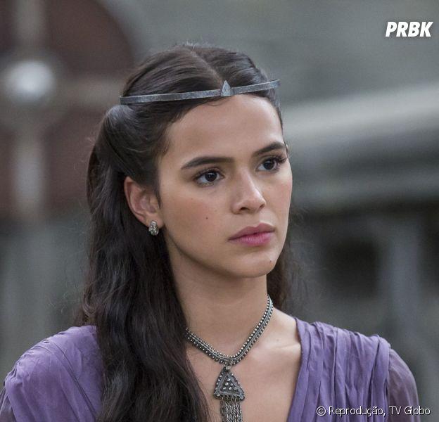 """Em """"Deus Salve o Rei"""": Catarina (Bruna Marquezine) acompanha Rodolfo (Johnny Massaro) na sua aparição pública, mas o povo não aprova a nova rainha de Montemor"""