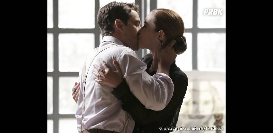 """Silvia (Nathalia Dill) eViktor (Rafael Cardoso) vivem se beijando em """"Joia Rara"""", mas a víbora não assume o que sente por ele"""
