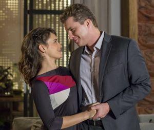 """Em """"O Outro Lado do Paraíso"""": Clara (Bianca Bin) deixa Gael (Sergio Guizé) dormir na sua casa e Patrick (Thiago Fragoso) não gosta nada quando descobre"""