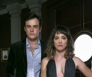 """Em """"O Outro Lado do Paraíso"""", Patrick (Thiago Fragoso) chega na hora que Gael (Sergio Guizé) está saindo da casa de Clara (Bianca Bin) e fica com ciúmes"""
