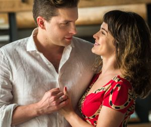 """Em """"O Outro Lado do Paraíso"""": Clara (Bianca Bin) fica com pena de Gael (Sergio Guizé) e deixa ele dormir em sua casa"""