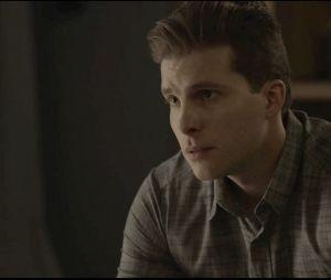 """Em """"O Outro Lado do Paraíso"""": Patrick (Thiago Fragoso) não entende quando vê Gael (Sergio Guizé) descendo as escadas da casa de Clara (Bianca Bin)"""