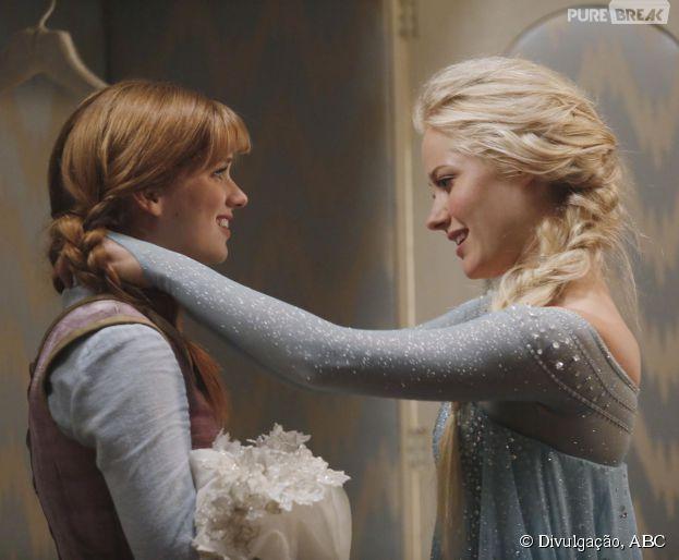 """Em """"Once Upon a Time"""", Elsa (Georgina Haig) presenteia Anna (Elizabeth Lail) com um colar"""