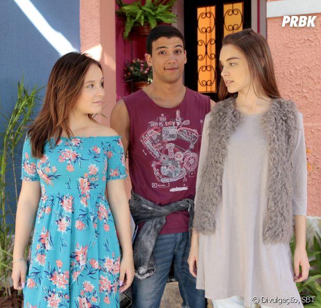 """Em """"As Aventuras de Poliana"""", Mirela (Larissa Manoela) beija Guilherme (Lawrran Couto) para projeto da escola e Raquel (Isabella Moreira) sente ciúmes"""