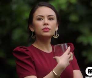 """""""Pretty Little Liars: The Perfectionists"""": Janel Parrish fala sobre Mona no spin-off!"""