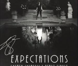 """Lauren Jauregui lançou clipe de """"Expectations"""", seu primeiro single solo, nesta quarta-feira (24)"""