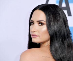 Demi Lovato é fotografada pela primeira vez fora da clínica de reabilitação
