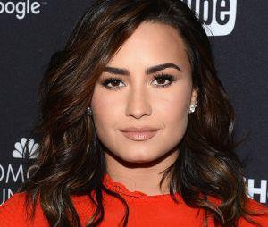 Demi Lovato é vista em restaurante com amigo depois de sair da reabilitação