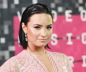 Demi Lovato é vista em restaurante com amigo, fazendo sua primeira aparição em público desde sua overdose