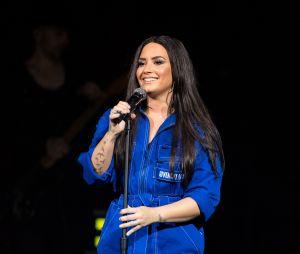 Após overdose, Demi Lovato é vista em restaurante com estilista