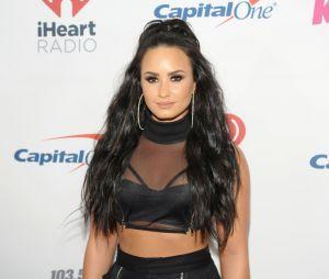 Demi Lovato sai de clínica de reabilitação e aproveita jantar com amigo