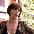"""Em """"O Tempo Não Para"""": Carmen (Christiane Torloni) descobre que ex-marido está se disfarçando de mulher para fugir de bandidos"""