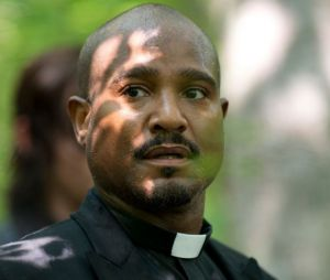 """Em """"The Walking Dead"""", na 9ª temporada: padre Gabriel (Seth Gilliam) vai morrer na série"""
