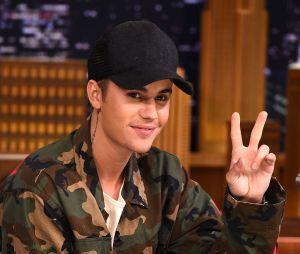 Justin Bieber acena para paparazzo ao sair do estúdio