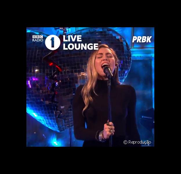 Miley Cyrus faz cover de Ariana Grande na BBC Radio 1
