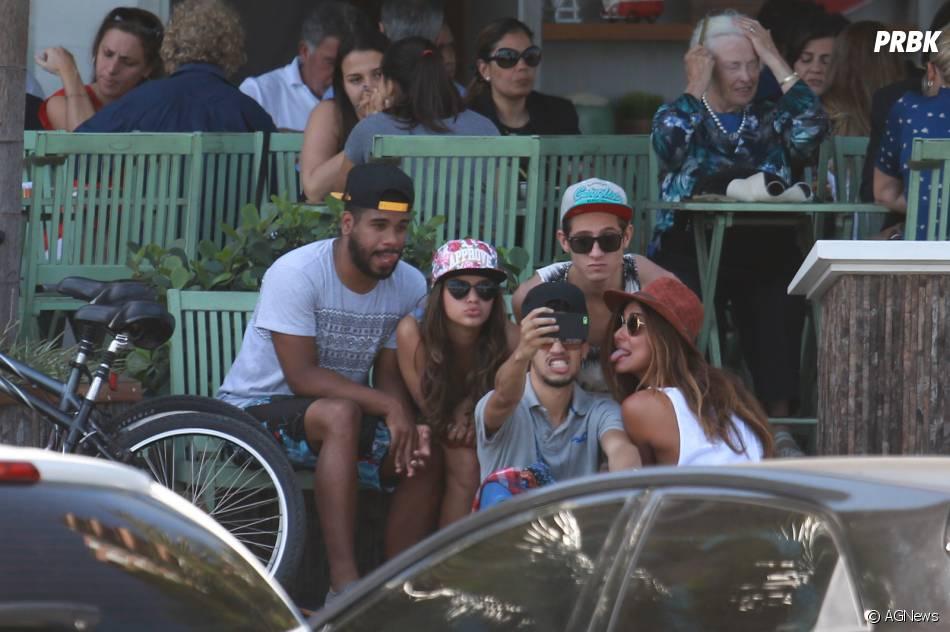 Fãs aproveitam descanso de Bruna Marquezine para tirar selfies