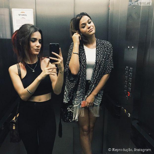 Bruna Marquezine e Manu Gavassi dividem uma selfie no elevador em foto publicada no Instagram