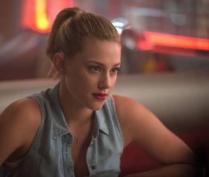 """Em """"Riverdale"""": Betty (Lili Reinhart) decide que ela mesma vai se infiltrar na Fazenda e descobre novos segredos"""