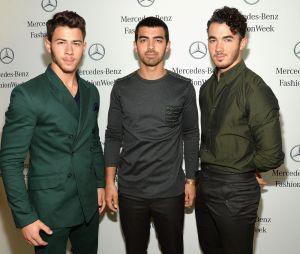 "Jonas Brothers liberam capa do novo álbum, ""Hapiness Begins"""