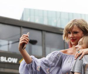Taylor Swift encontra fãs em Nashville para divulgar música nova
